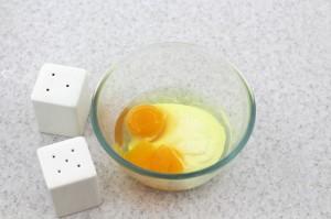 Смешайте яйца со сменаной