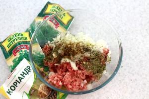 Приправьте мясо