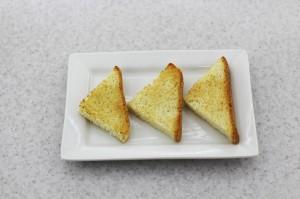Подсушите хлеб на сковороде