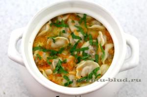 Посыпьте суп с пельменями зеленью