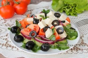 Красиво оформите салат и заправьте маслом
