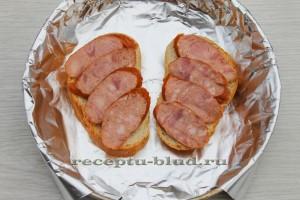 Колбаса на ломтиках хлеба
