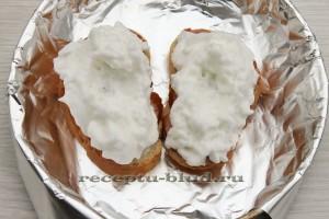 белки на кусочках хлеба