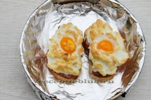 Запеченная яичница в духовке с колбасой