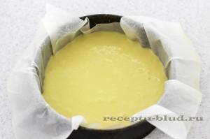 Тесто залейте в форму для выпекания