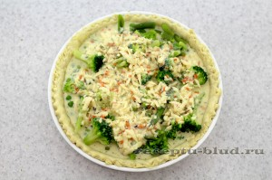 Залейте яично-сырной смесью