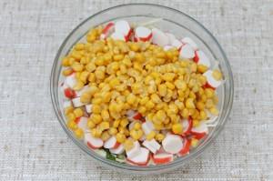 Добавьте в салат консервированную кукурузу