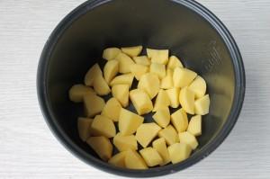 поместите картофель в мультиварку