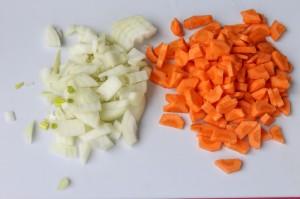 Нарезанные морковь и лук