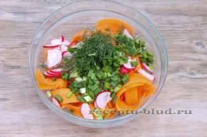 Смешайте сырую морковь, редис и зелень