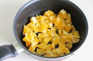 нарежьте апельсиновые дольки на кусочки