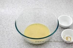 Растворите дрожжи и сахар в молоке