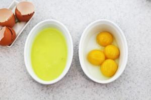 Отделите белки от желтков