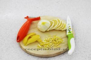 Очещеный и нарезанный лимон
