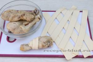 Нарежьте тесто полосками