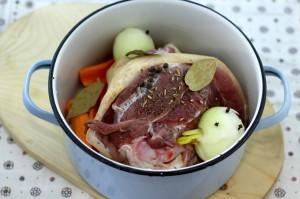 Всыпьте специи в кастрюлю со свиной рулькой