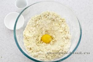Добавьте желток в тесто