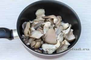Промытые и нарезанные грибы