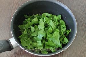 Нарежьте и подогрейте шпинат