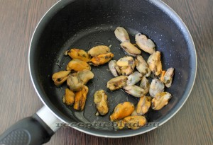 Обжарьте мидии на оливковом масле