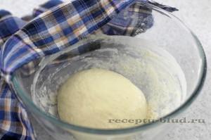 Укройте полотенцем тесто на багеты