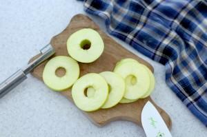 очистите и нарежьте яблоко кольцами