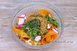 Заправьте морковный салат соусом
