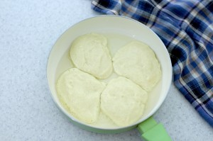 Поместите тесто на кружки яблока