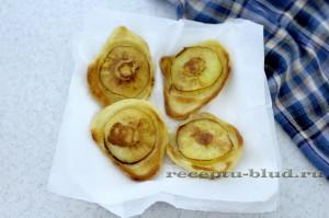 Выкладывайте оладьи с яблоком на салфетку