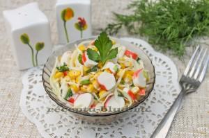 Легкий салат с крабовыми палочками и капустой