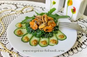 Диетический салат с мидиями, огурцом и шпинатом