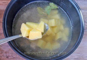 Добавьте картофель в мультиварку