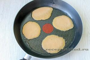 Ложкой поместите печеночную массу на сковородку