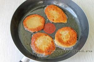 Обжарьте печеночные оладьи по 2-3 минуты
