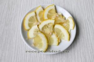 Нарезанный дольками лимон