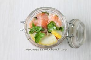 поместите маринованную красную рыбу с лимоном в банку
