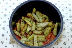 Картофель с овощами в томатной пасте
