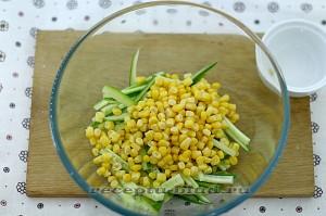 Добавьте кукурузу в салат