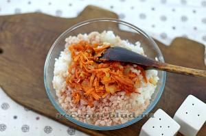Отваренный рис смешайте с зажаркой