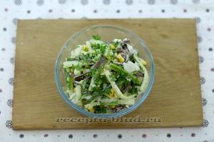 Готовый салат из сердца с маринованным луком