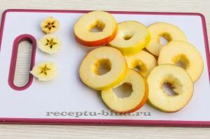 Нарежьте яблоки кольцами