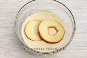 Опустите яблоки в кляр