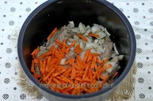 Добавьте нарезанные морковь и лук к мясу