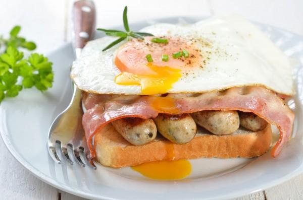 Бутерброд с сосисками и яйцом