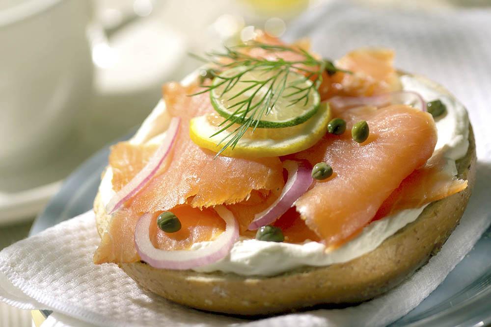 Бутерброды с лососем и мягким сыром