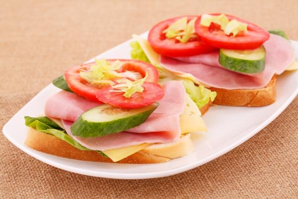 Бутерброды с ветчиной, огурцом и помидором