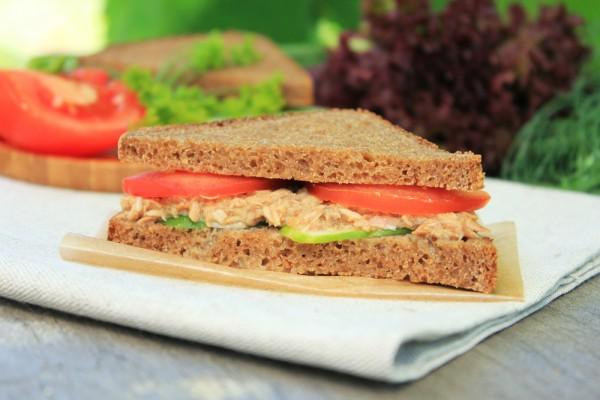 Бутерброды с тунцом и овощами