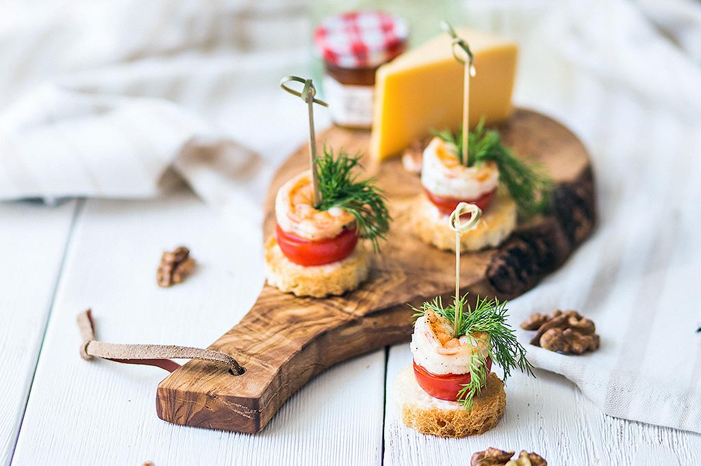 канапе с креветкой и помидором на хлебе
