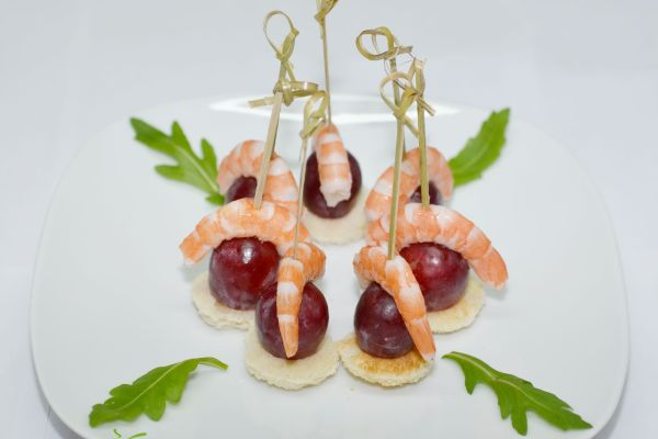 Рецепт канапе с креветками и виноградом