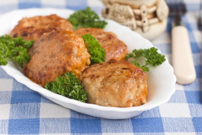 Куриные тефтеле с рисом в томатно-сметанном соусе в духовке